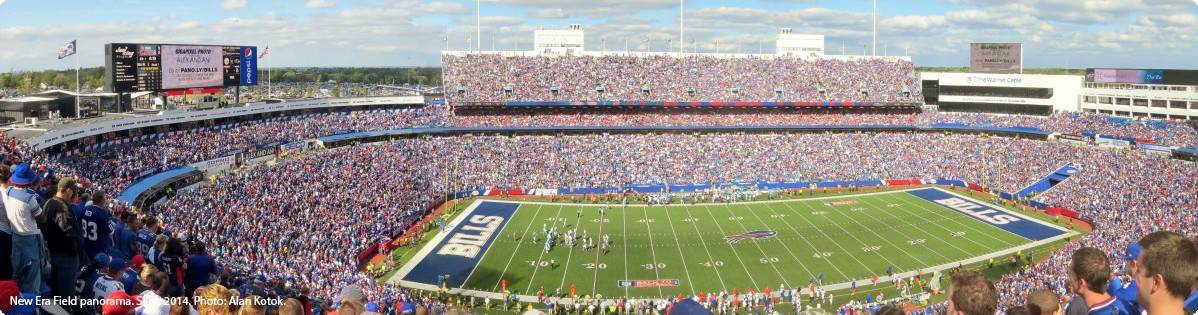 Stadion der Buffalo Bills. New Era Field panorama. Photo: Alan Kotok. CC BY 2.0 https://creativecommons.org/licenses/by/2.0/ Transformed Quelle https://en.wikipedia.org/wiki/New_Era_Field#/media/File:RWS2014.jpg