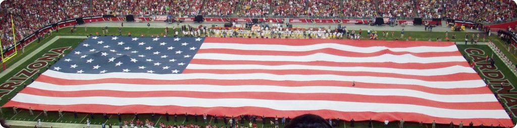 Aufgespannte Nationalflagge vor dem Heimspiel der Arizona Cardinals. Auch in Deutschland wird Football immer beliebter.