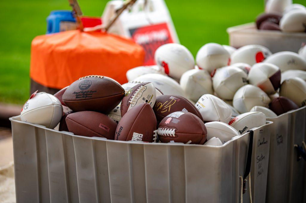 Footbälle am Rande des Cleveland Browns Training Camp. Die Erklärung der Schlüsselbegriffe ist für das Football-Verständnis wichtig.