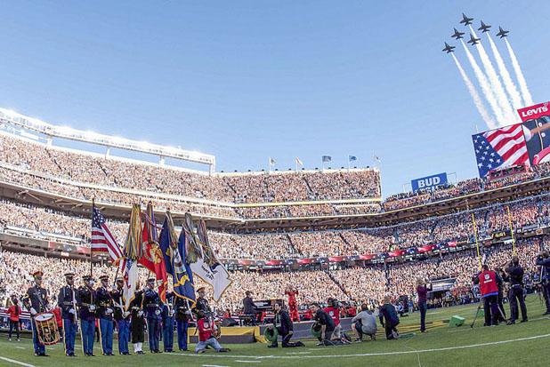 Fly Over am Ende der Nationalhymne beim Super Bowl. Photo: Spc. Brandon C.Dyer CC0 Quelle: https://www.defense.gov/observe/photo-gallery/igphoto/2001340929/