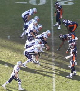 At the line of scrimmage. Denver vs. New England, 2011. Der Angriff kurz vor Spielbeginn.